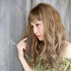 リラックス ウェーブ ハイトーン フェミニン ヘアスタイルや髪型の写真・画像