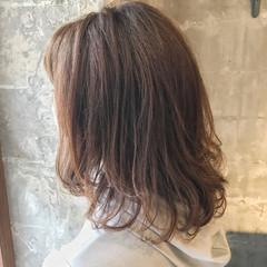 デート ナチュラル オフィス ウェーブ ヘアスタイルや髪型の写真・画像