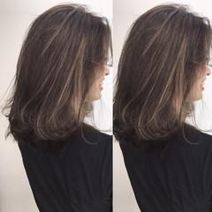 ミディアム グラデーションカラー アッシュベージュ ナチュラル ヘアスタイルや髪型の写真・画像