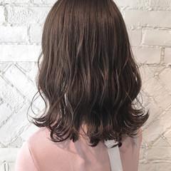 セミロング アンニュイ ウェーブ ミルクティーベージュ ヘアスタイルや髪型の写真・画像