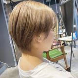 ショートヘア ナチュラル ブリーチオンカラー センターパート ヘアスタイルや髪型の写真・画像[エリア]