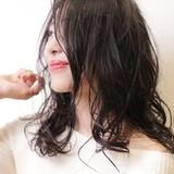 パーマ ミディアム センターパート ウェーブ ヘアスタイルや髪型の写真・画像