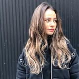 ガーリー ミルクティーベージュ ウェーブ ロング ヘアスタイルや髪型の写真・画像