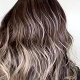 ハイライト ブリーチカラー 白髪染め セミロング ヘアスタイルや髪型の写真・画像