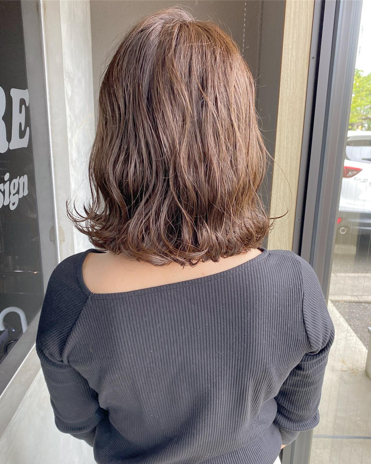 切りっぱなしボブ コテ巻き ナチュラルブラウンカラー ブラウンベージュヘアスタイルや髪型の写真・画像