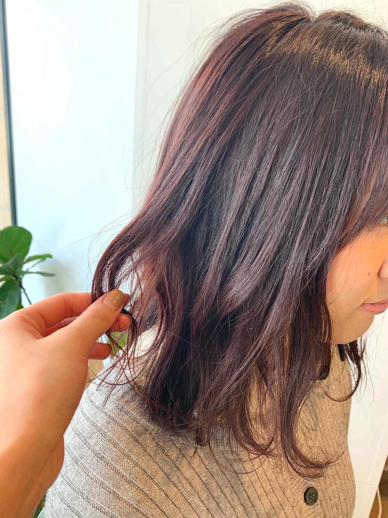 ピンクアッシュ ピンクベージュ 切りっぱなしボブ 波ウェーブヘアスタイルや髪型の写真・画像