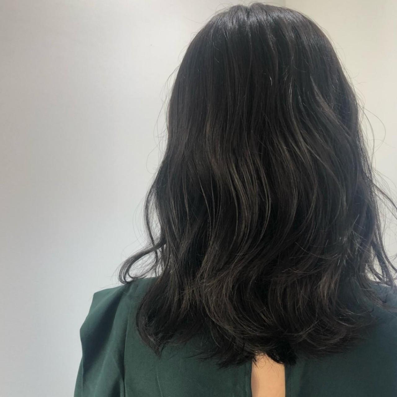ウェーブ ナチュラル 地毛風カラー グレージュヘアスタイルや髪型の写真・画像