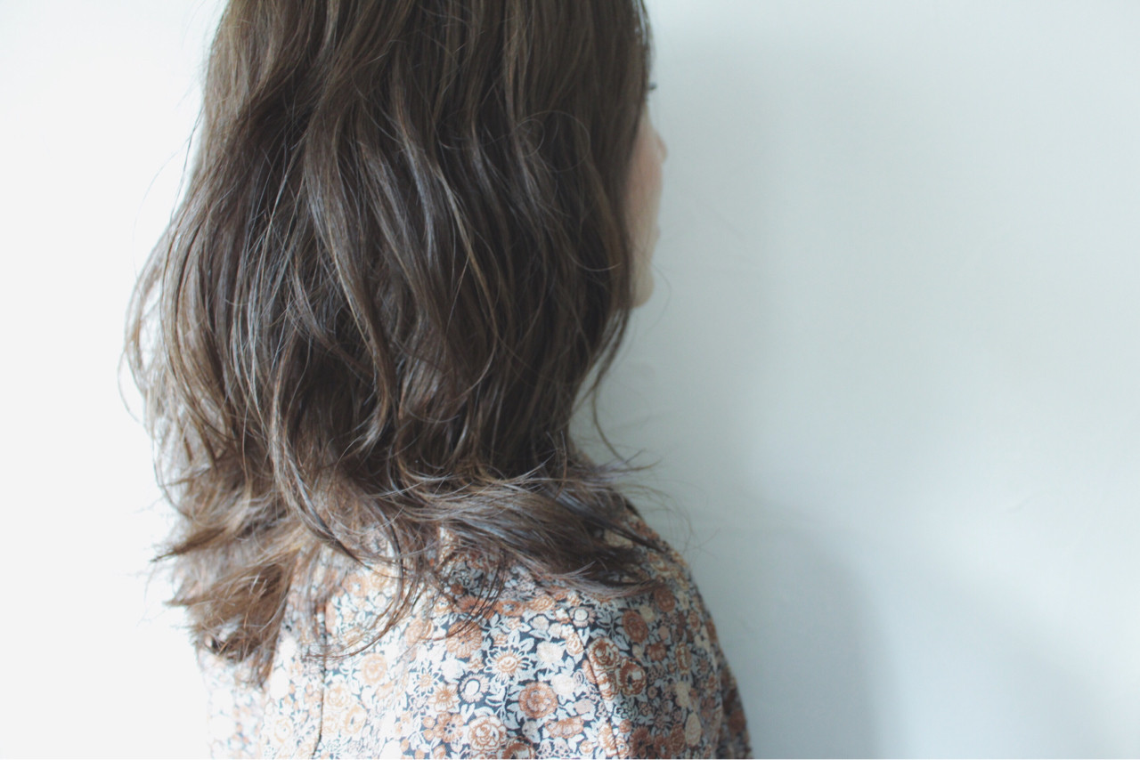グレー 秋 ナチュラル セミロングヘアスタイルや髪型の写真・画像