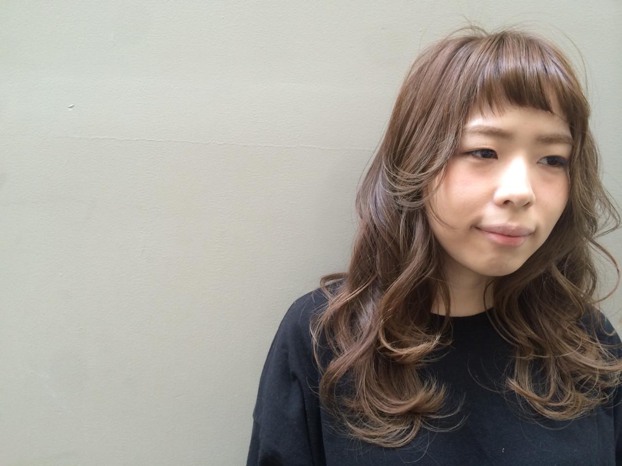 前髪パッツン ベージュ 前髪アレンジ オン眉ヘアスタイルや髪型の写真・画像