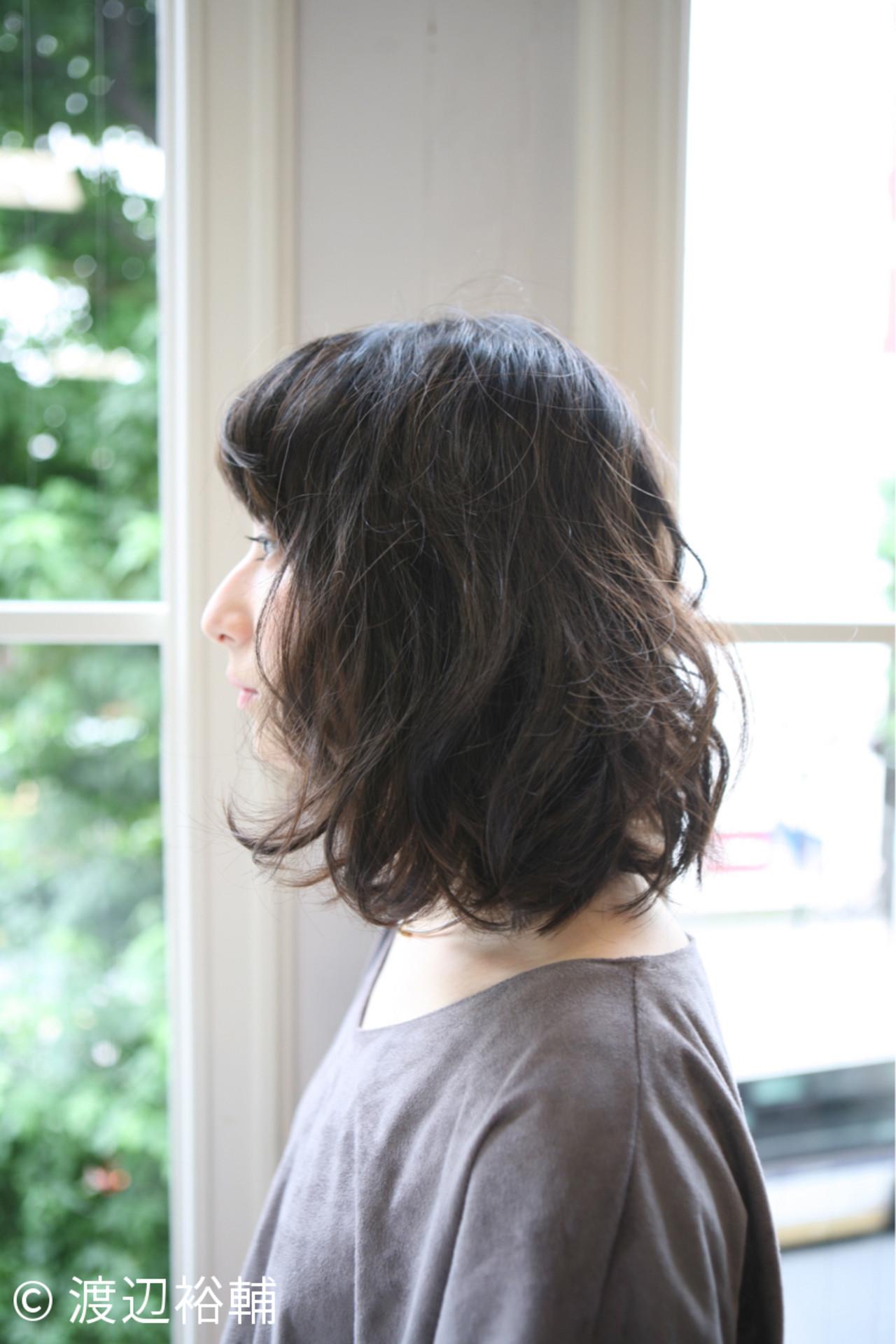 暗髪 セミロング 外国人風 ゆるふわ ヘアスタイルや髪型の写真・画像 | 渡辺裕輔 / ROOTS