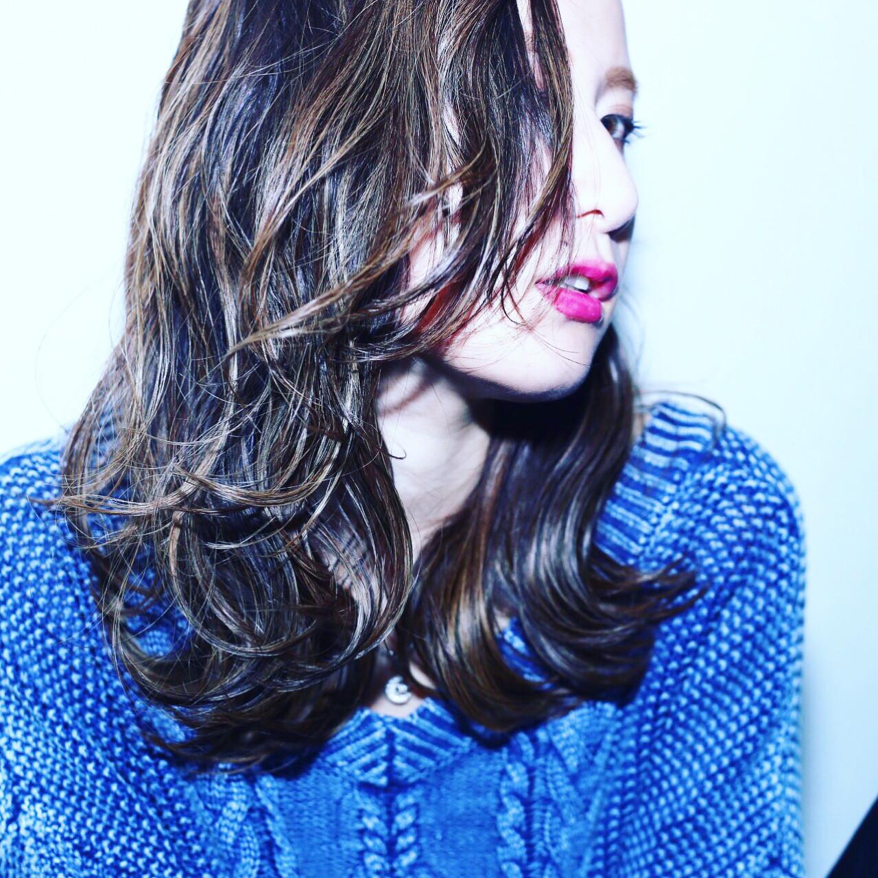 バレイヤージュ ハイライト セミロング ナチュラルヘアスタイルや髪型の写真・画像