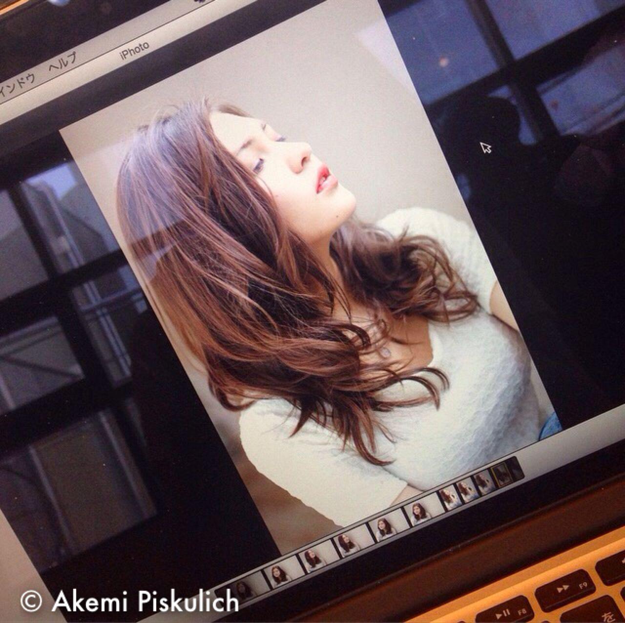 暗髪 愛され セミロング 大人かわいい ヘアスタイルや髪型の写真・画像   Akemi Piskulich /