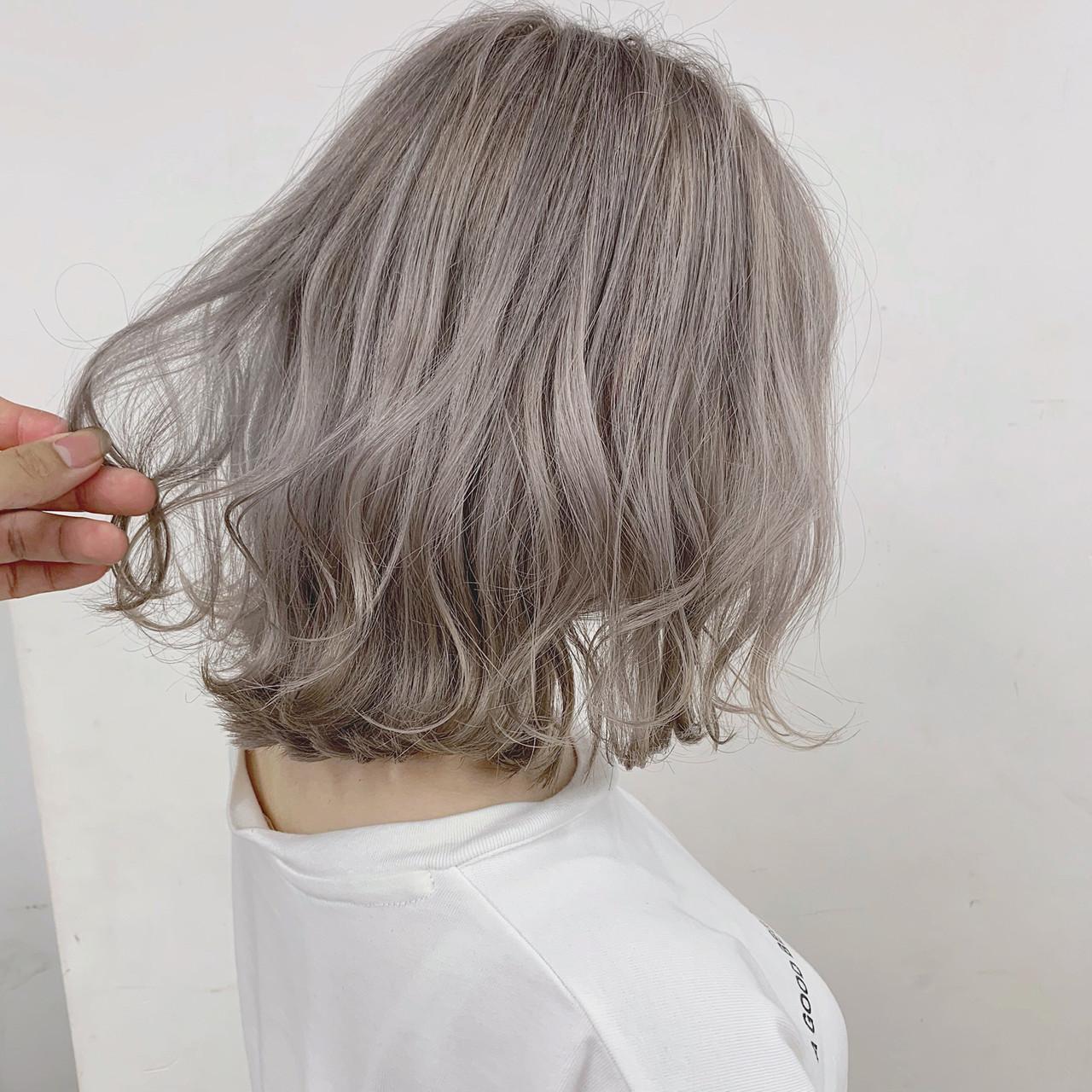 ブリーチカラー 切りっぱなしボブ ミルクティーベージュ ホワイトブリーチヘアスタイルや髪型の写真・画像