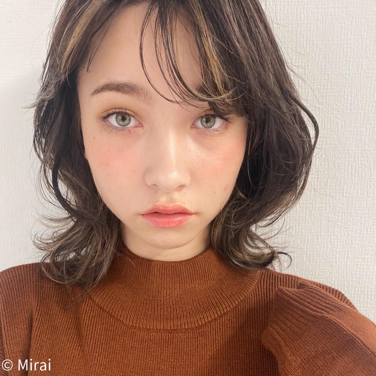ミディアム オフィス アンニュイほつれヘア ハイライト ヘアスタイルや髪型の写真・画像