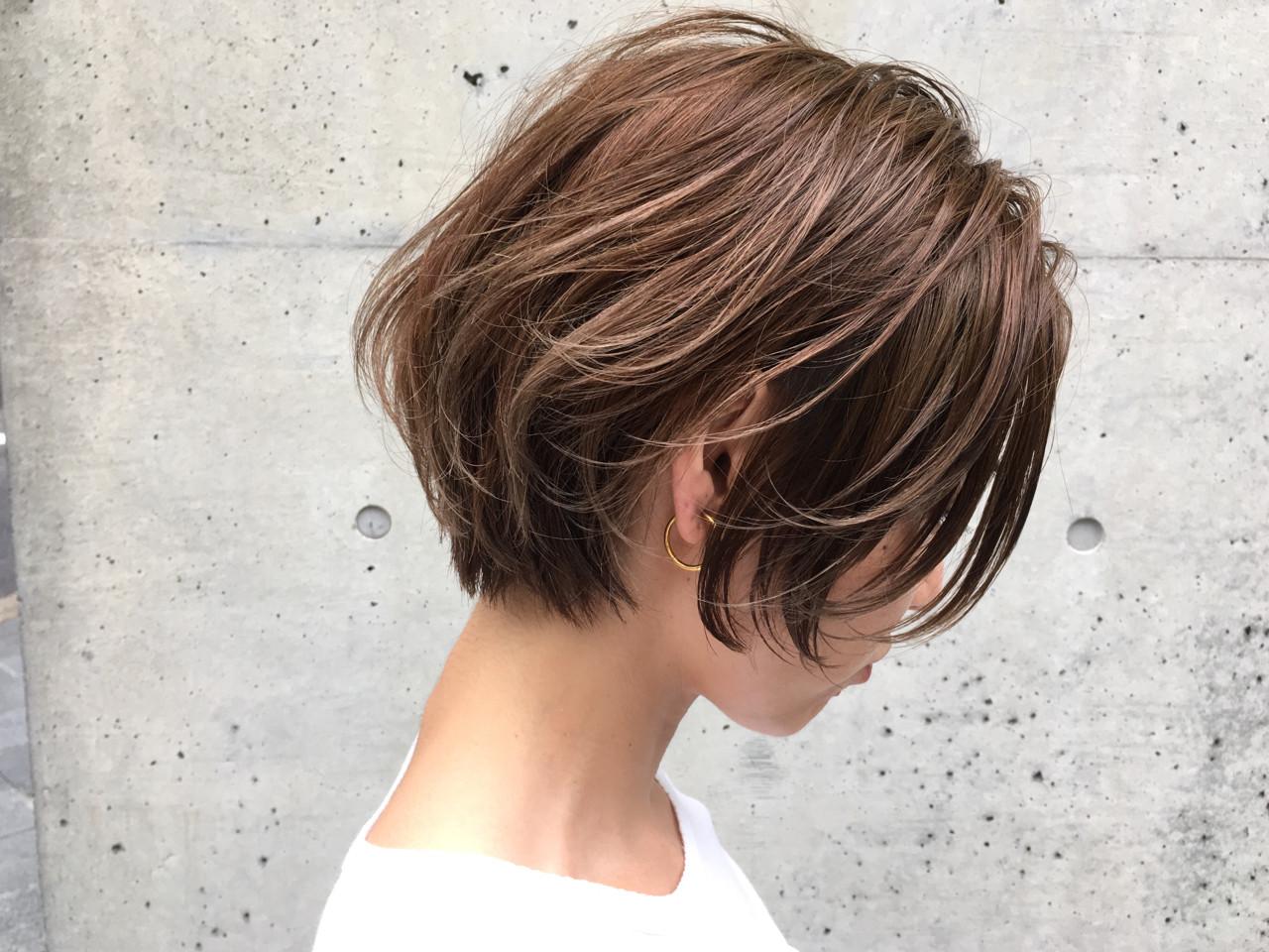ナチュラル ハイライト アッシュグレージュ ショートヘアスタイルや髪型の写真・画像