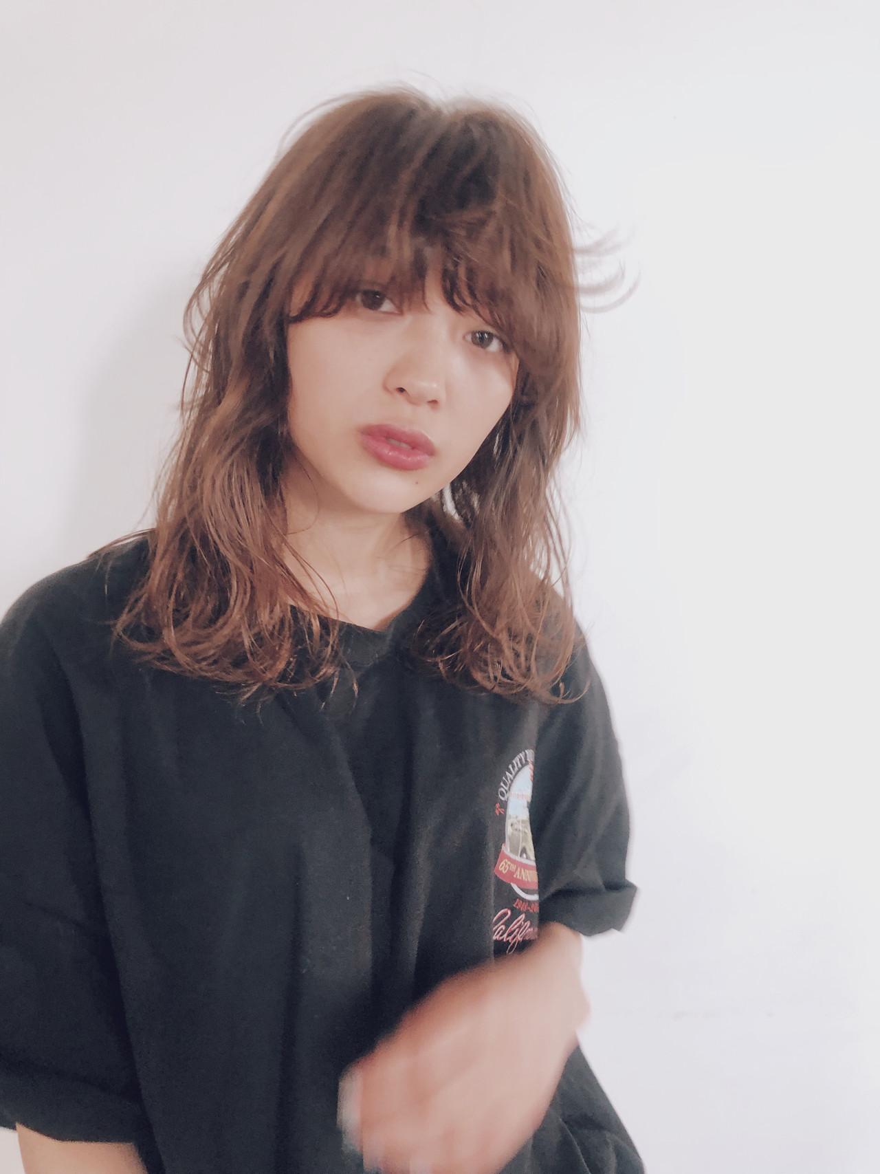 ゆるふわパーマ ベージュ ストリート シアーベージュヘアスタイルや髪型の写真・画像