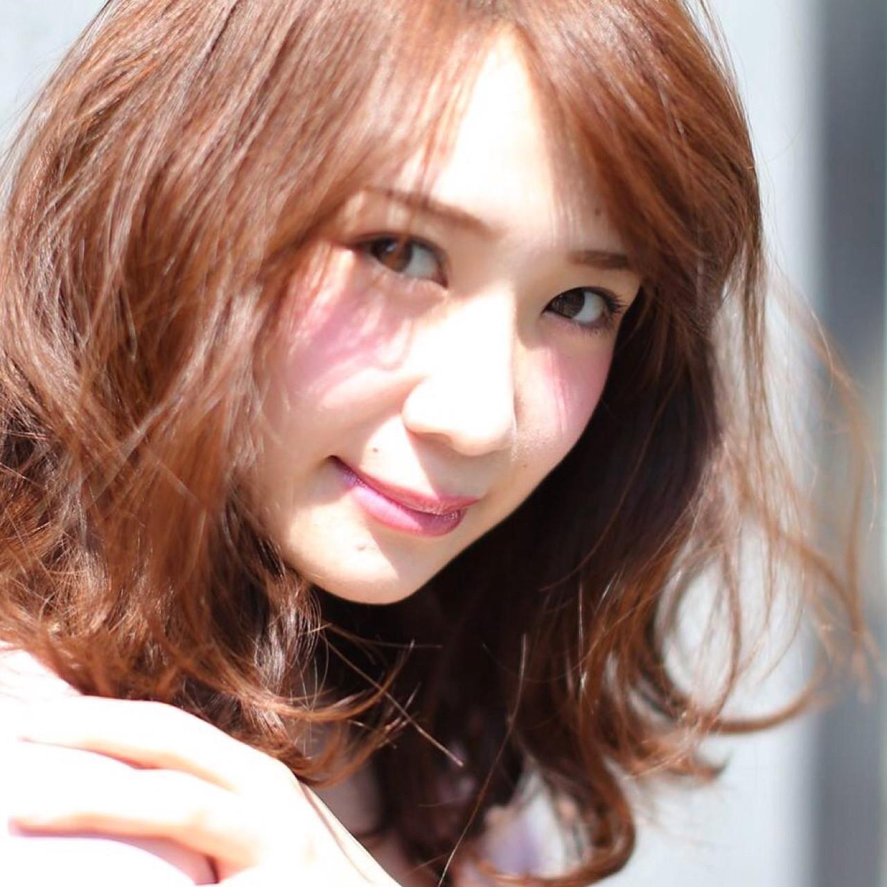 フリンジバング デート ミディアム フェミニン ヘアスタイルや髪型の写真・画像 | 矢部功也 / ietto