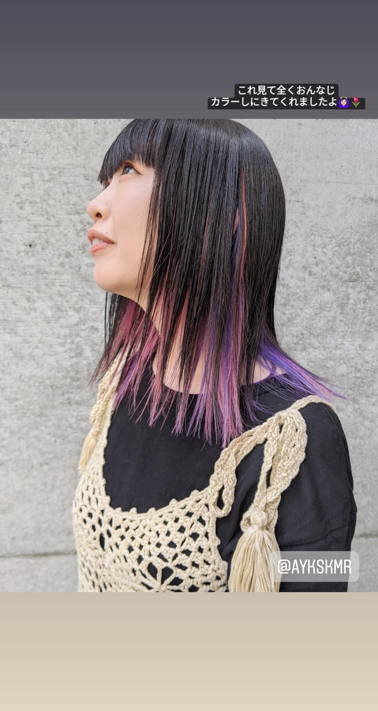 ミディアム インナーカラーパープル 切りっぱなし ナチュラルヘアスタイルや髪型の写真・画像