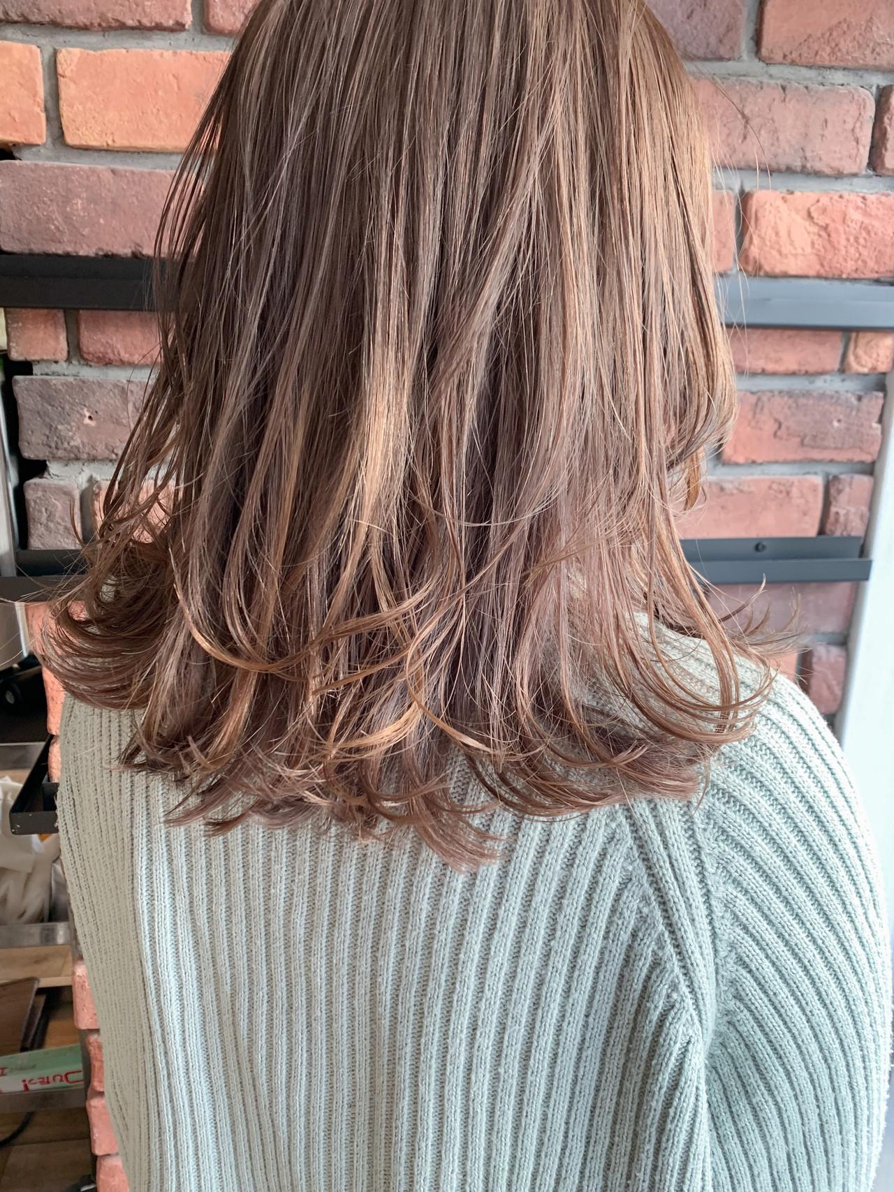 ミディアム ピンクベージュ ハイトーン ブリーチ ヘアスタイルや髪型の写真・画像
