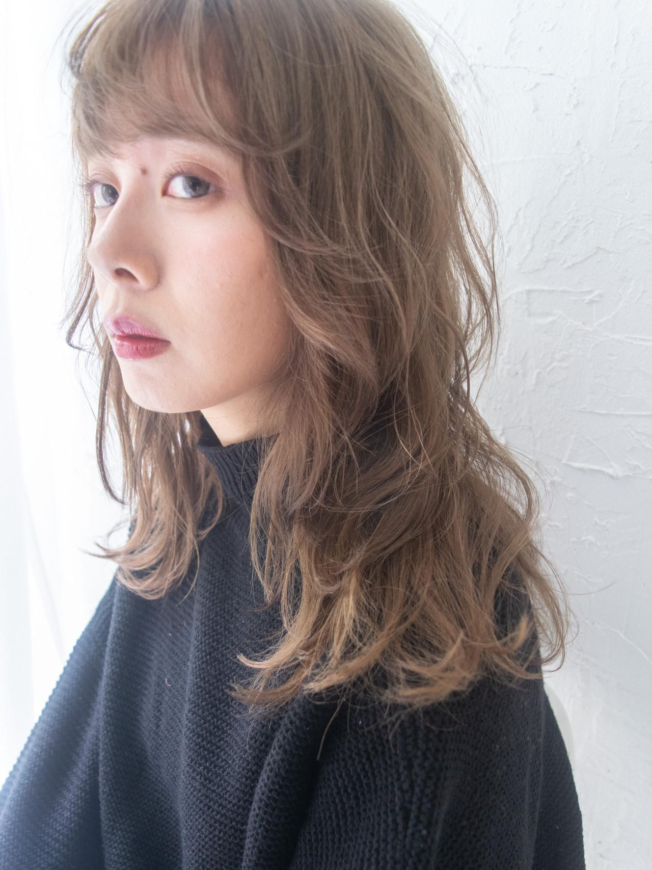 ハイトーンカラー ミディアム ミルクティーグレージュ ブラウンベージュ ヘアスタイルや髪型の写真・画像
