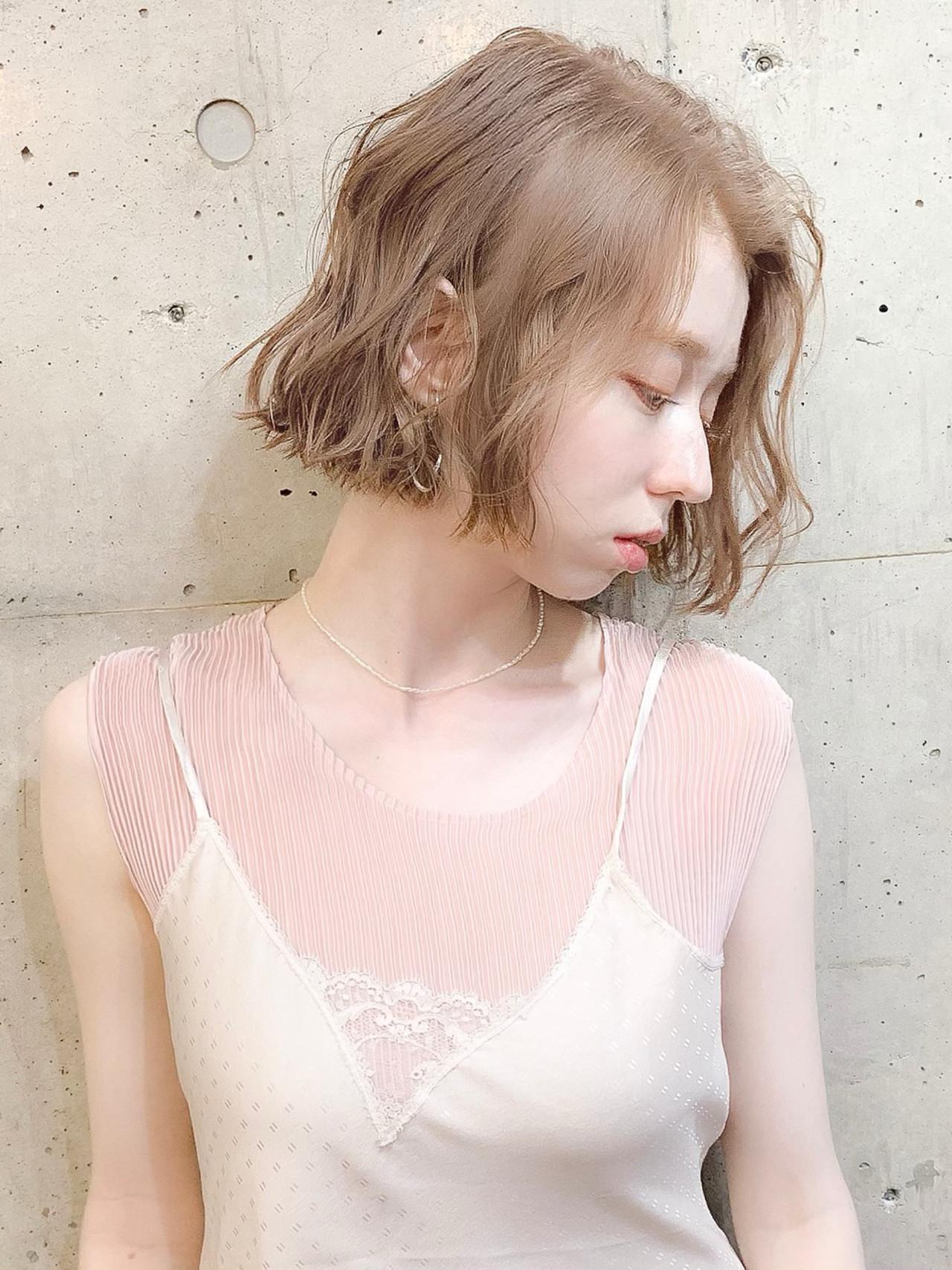 ボブ 透明感カラー グレージュ フェミニンヘアスタイルや髪型の写真・画像