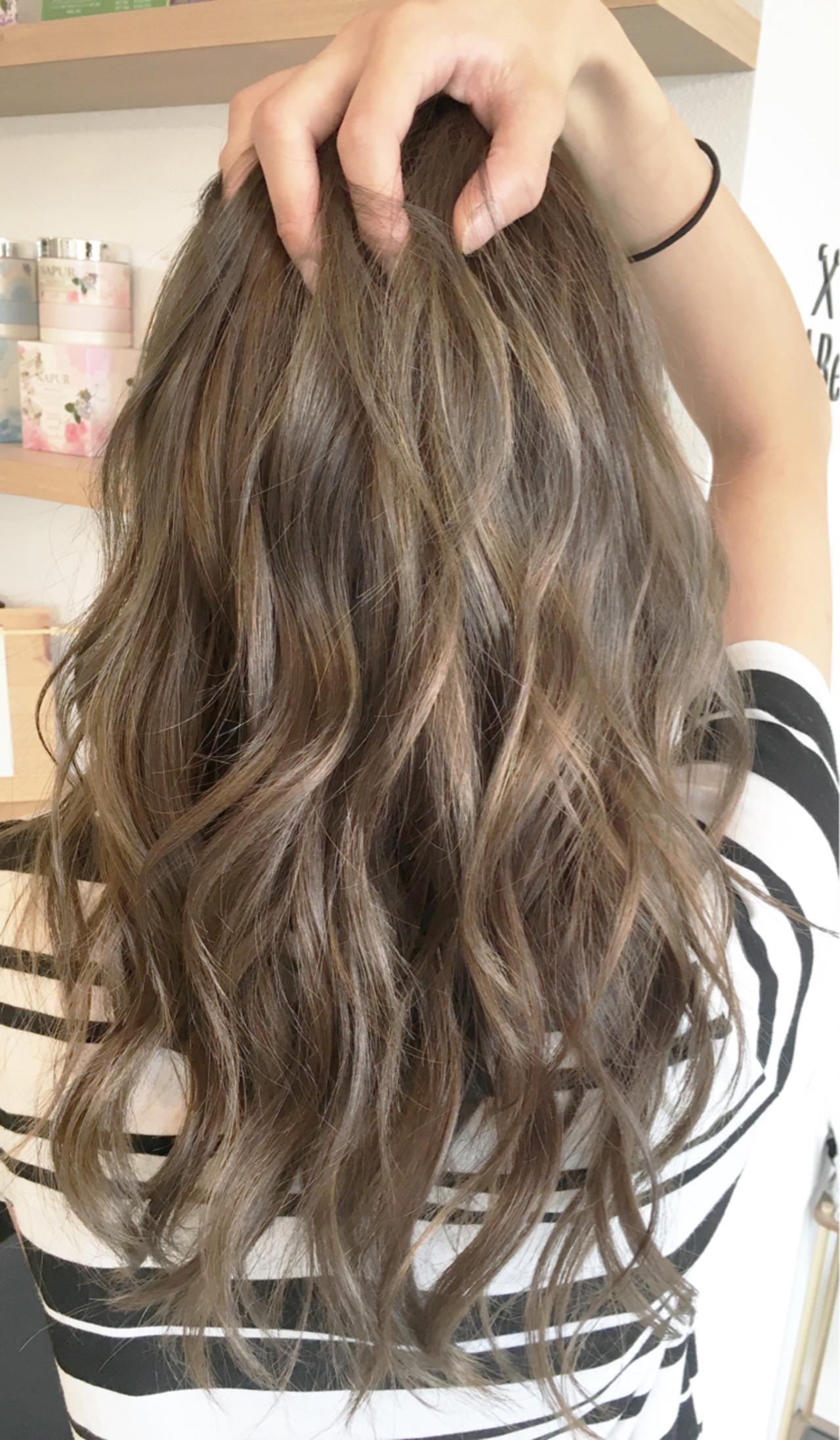 アッシュグレージュ 波ウェーブ コンサバ セミロング ヘアスタイルや髪型の写真・画像 | 鳥越 ありさ / hair…nail  TLABeS