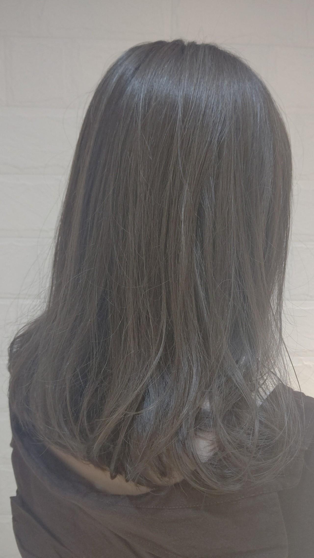 外国人風 アッシュグレージュ グレージュ ミディアムヘアスタイルや髪型の写真・画像