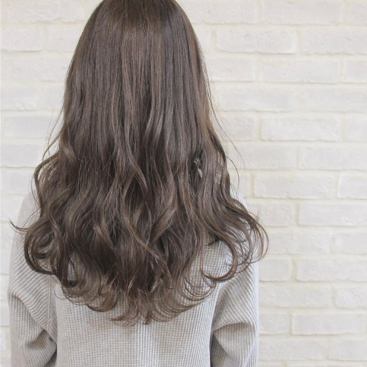 グレージュ セミロング ミルクティー ニュアンスヘアスタイルや髪型の写真・画像