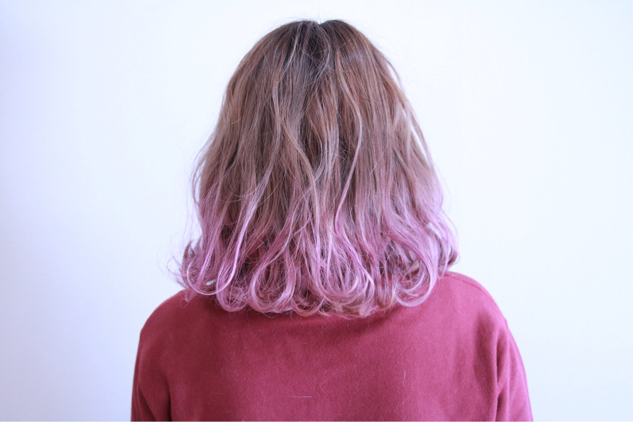 ハイトーン フェミニン グラデーションカラー 波ウェーブヘアスタイルや髪型の写真・画像