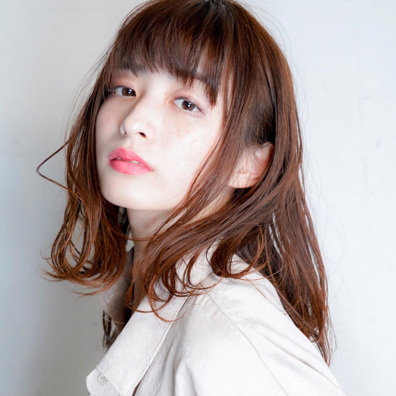 オフィス デート ミディアムヘアー フェミニンヘアスタイルや髪型の写真・画像