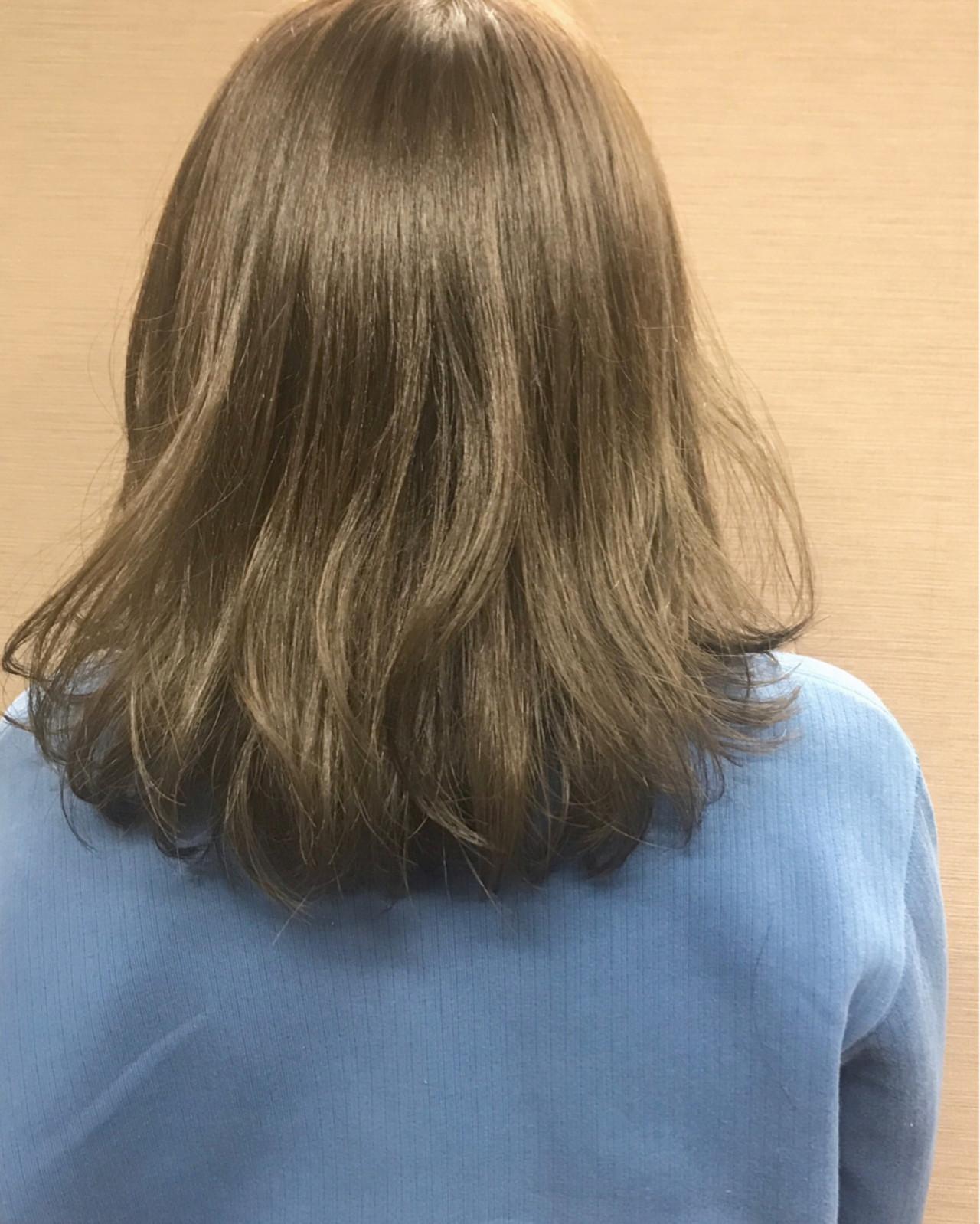 冬 グレージュ ウェーブ ミディアム ヘアスタイルや髪型の写真・画像 | Mirai / enntaku