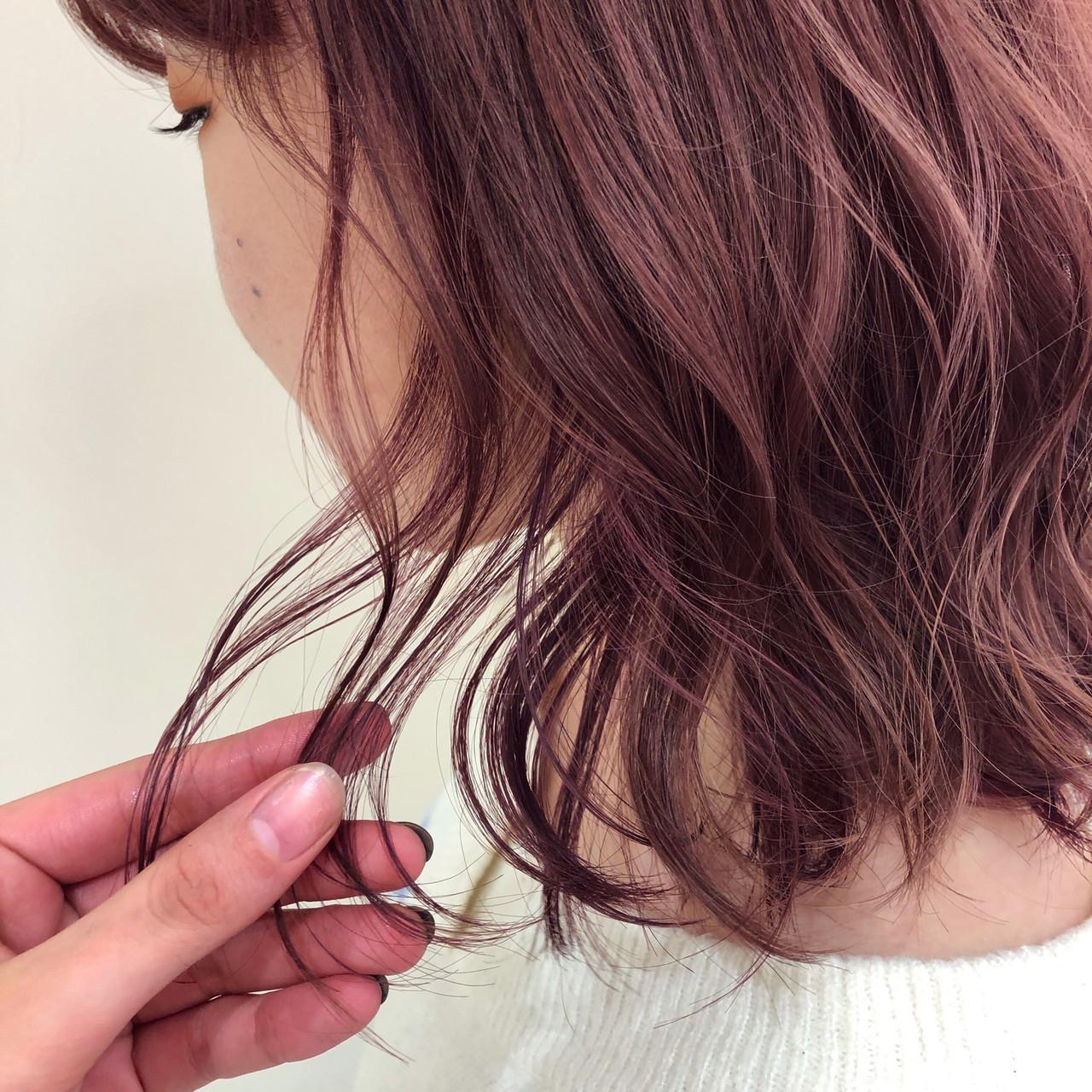 セミロング スタイリング ピンクブラウン 巻き髪ヘアスタイルや髪型の写真・画像