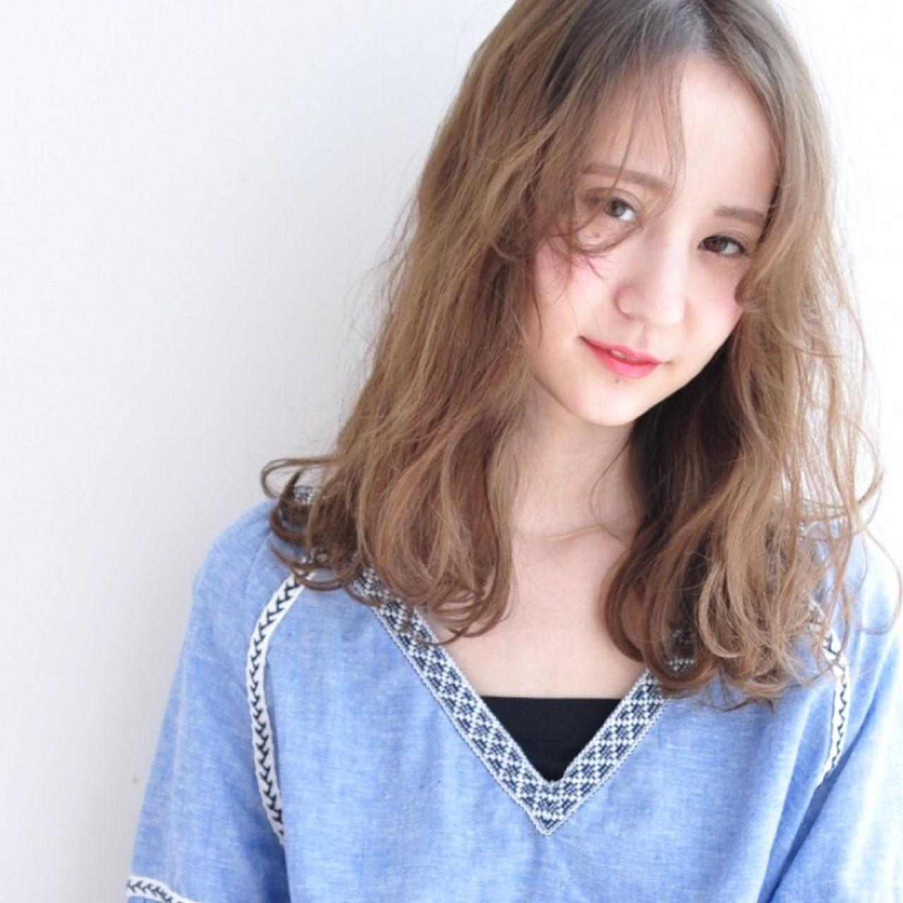 パーマ ミルクティー ニュアンス フリンジバングヘアスタイルや髪型の写真・画像