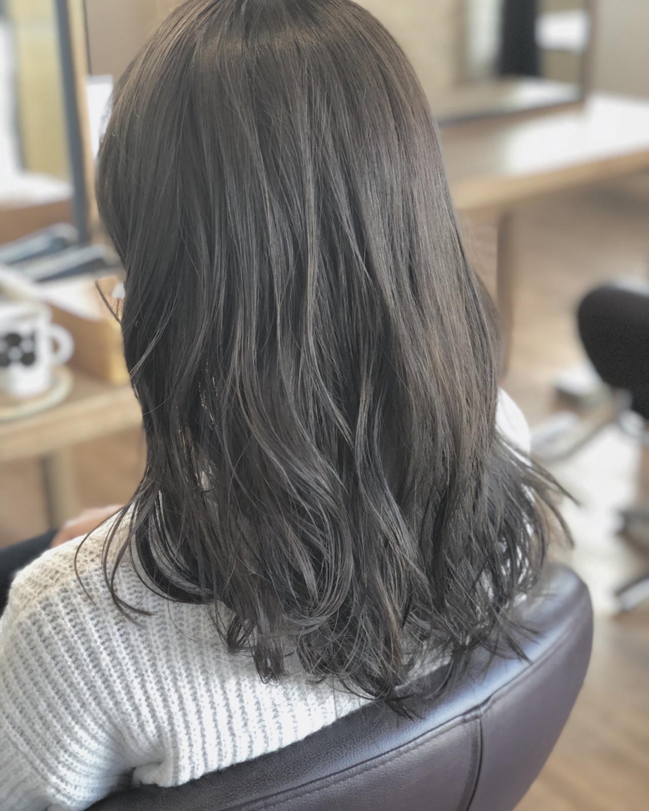 ナチュラル ウェーブ アンニュイ 暗髪ヘアスタイルや髪型の写真・画像
