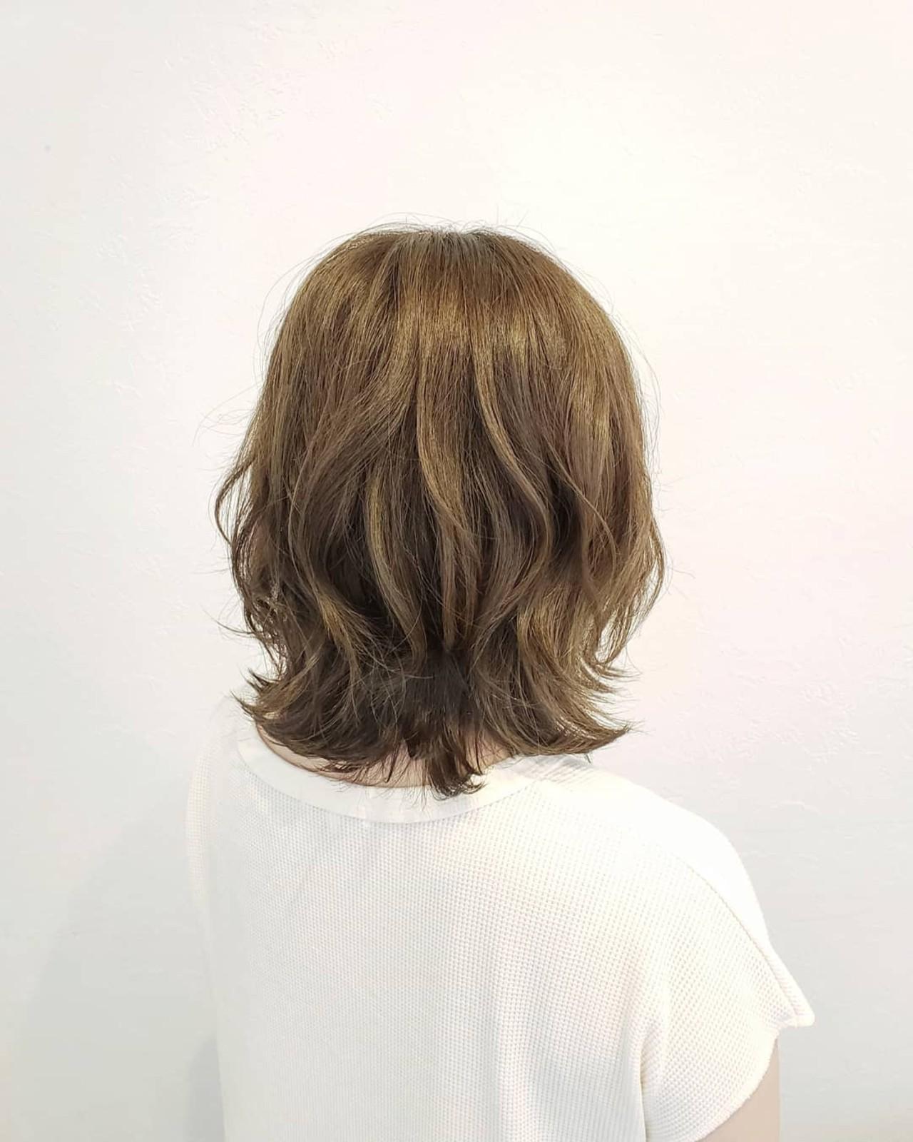 デート ハイライト ベージュ ミディアムヘアスタイルや髪型の写真・画像