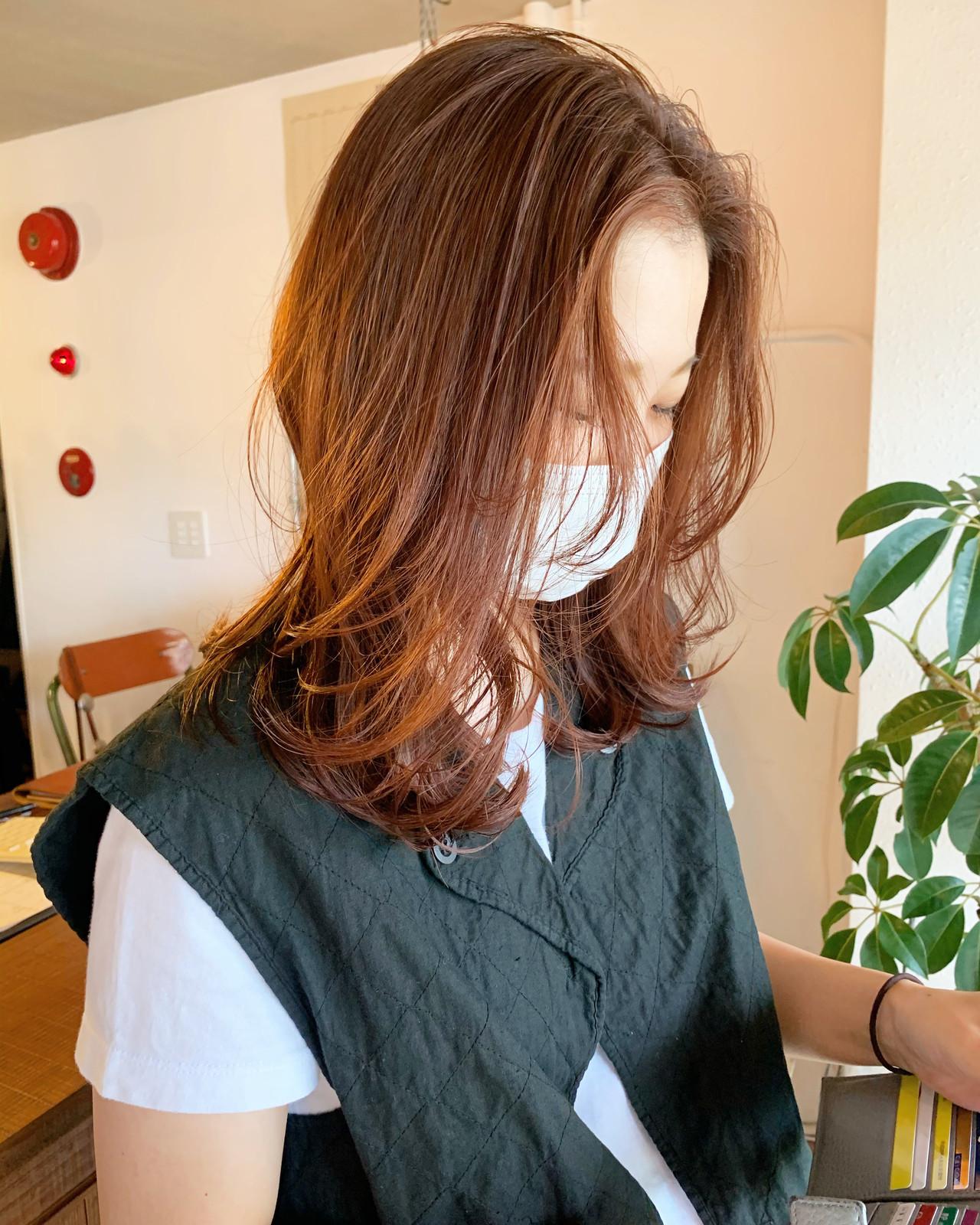 レイヤーカット オレンジベージュ ナチュラル セミロング ヘアスタイルや髪型の写真・画像