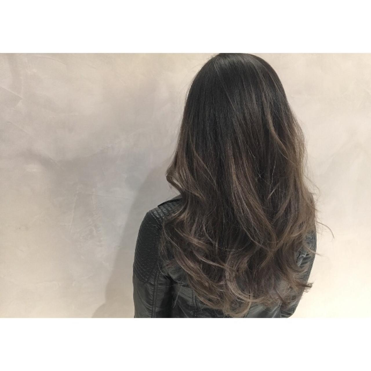 グレージュ バレイヤージュ ロング ストリート ヘアスタイルや髪型の写真・画像 | 久保 賢二 / WARREN TRICOMI NEWYORK