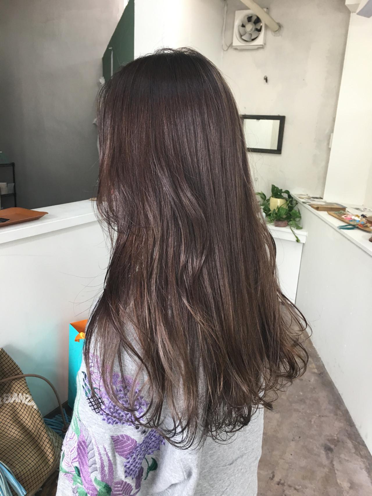 ベージュ アッシュ ハイライト グレーヘアスタイルや髪型の写真・画像
