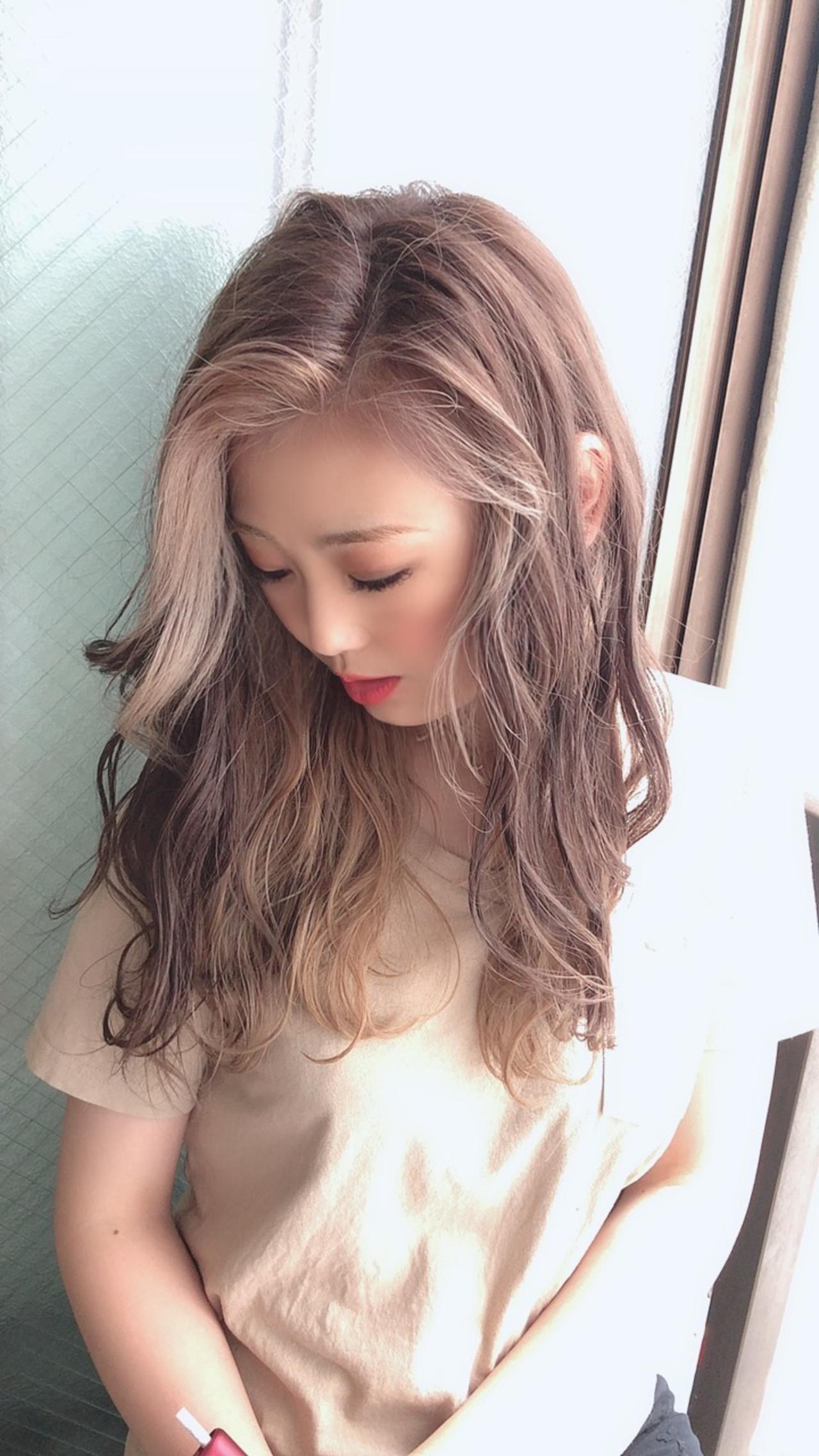 ブリーチ セミロング インナーカラー ミルクティーベージュ ヘアスタイルや髪型の写真・画像