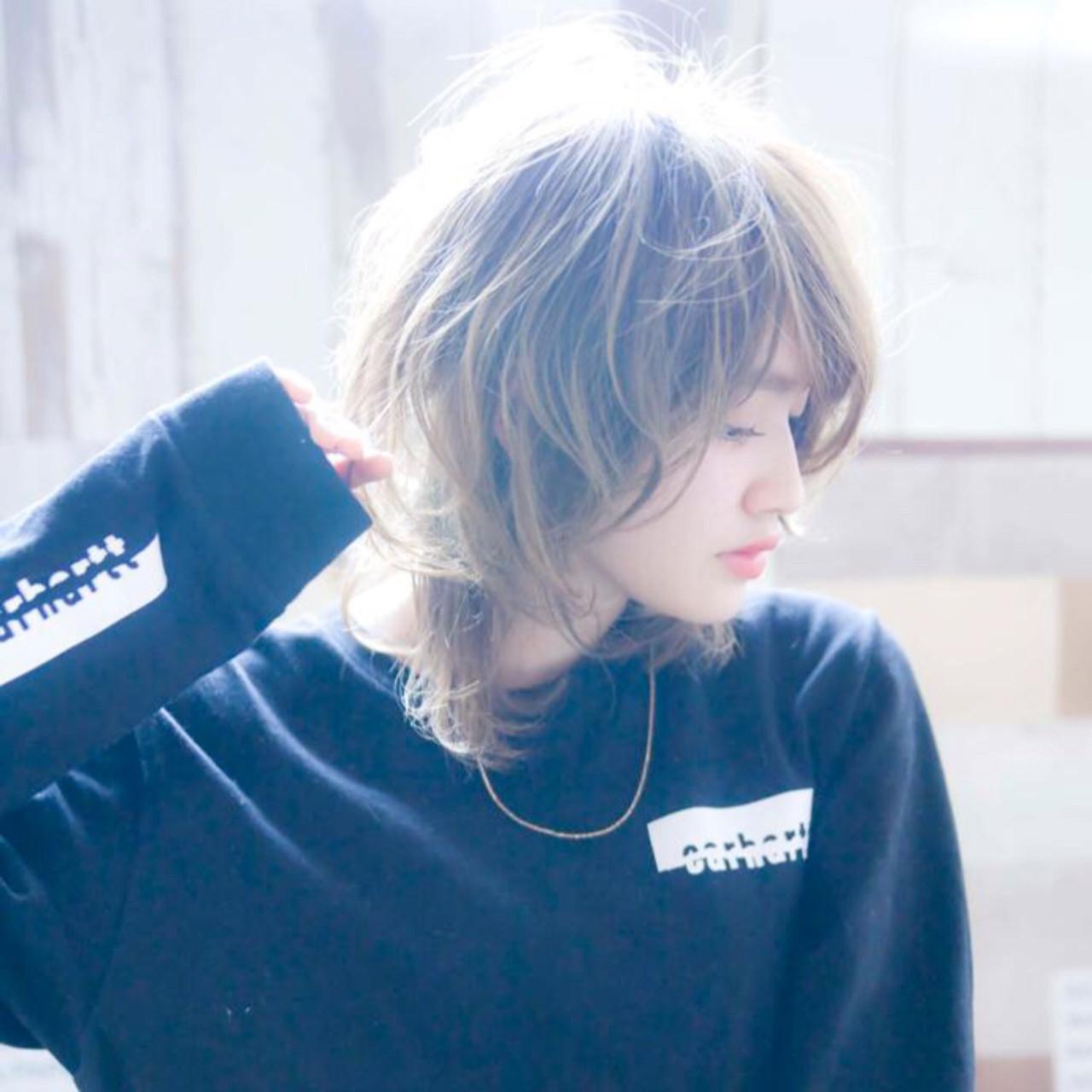 レイヤー ハイライト アッシュベージュ バレイヤージュヘアスタイルや髪型の写真・画像