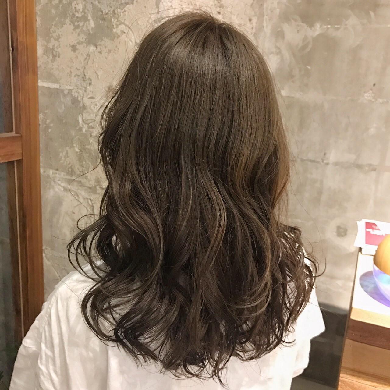 ロング ブラウンベージュ ヌーディベージュ フェミニンヘアスタイルや髪型の写真・画像