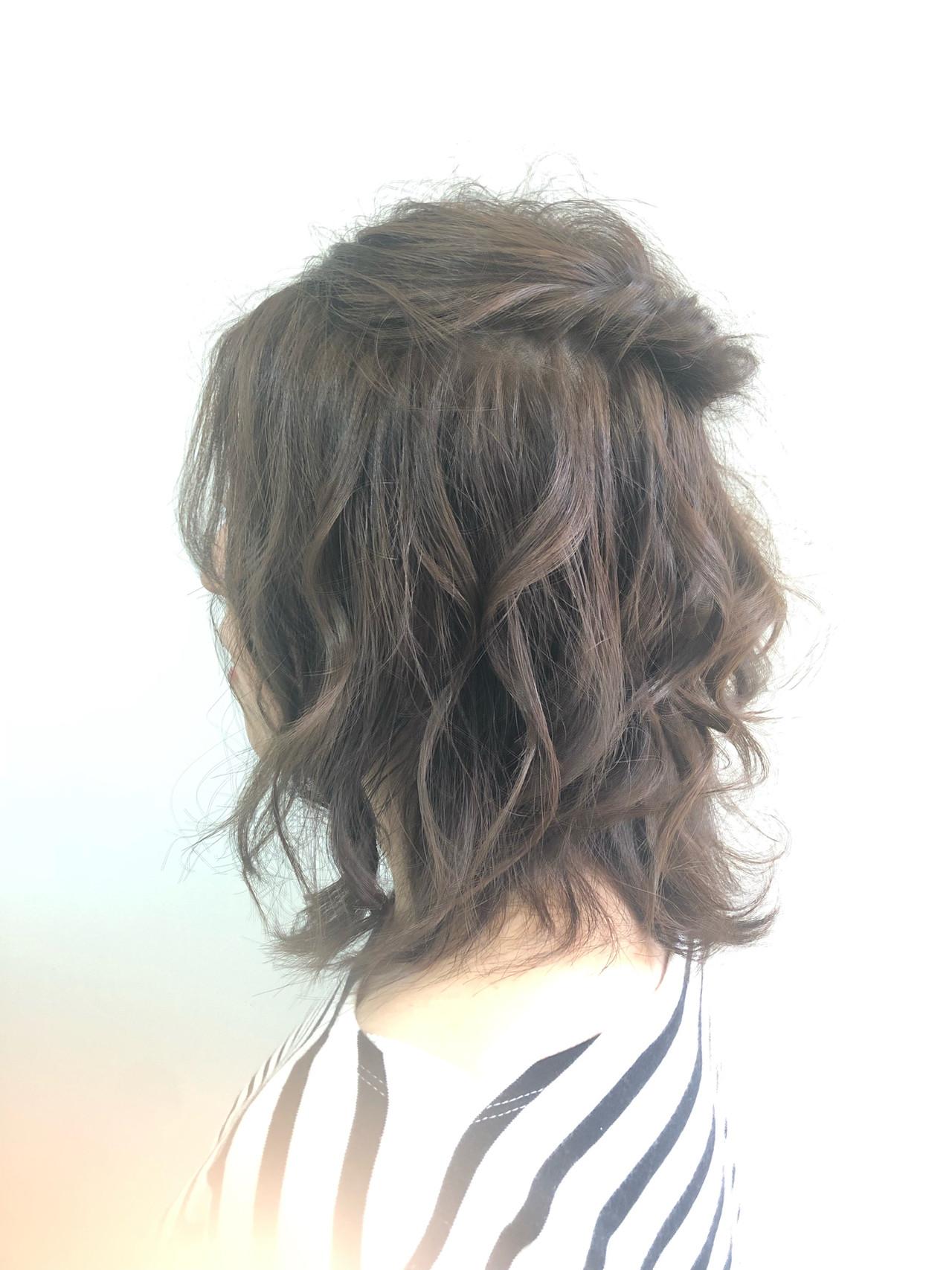 ミディアム デート ヘアアレンジ ナチュラルヘアスタイルや髪型の写真・画像
