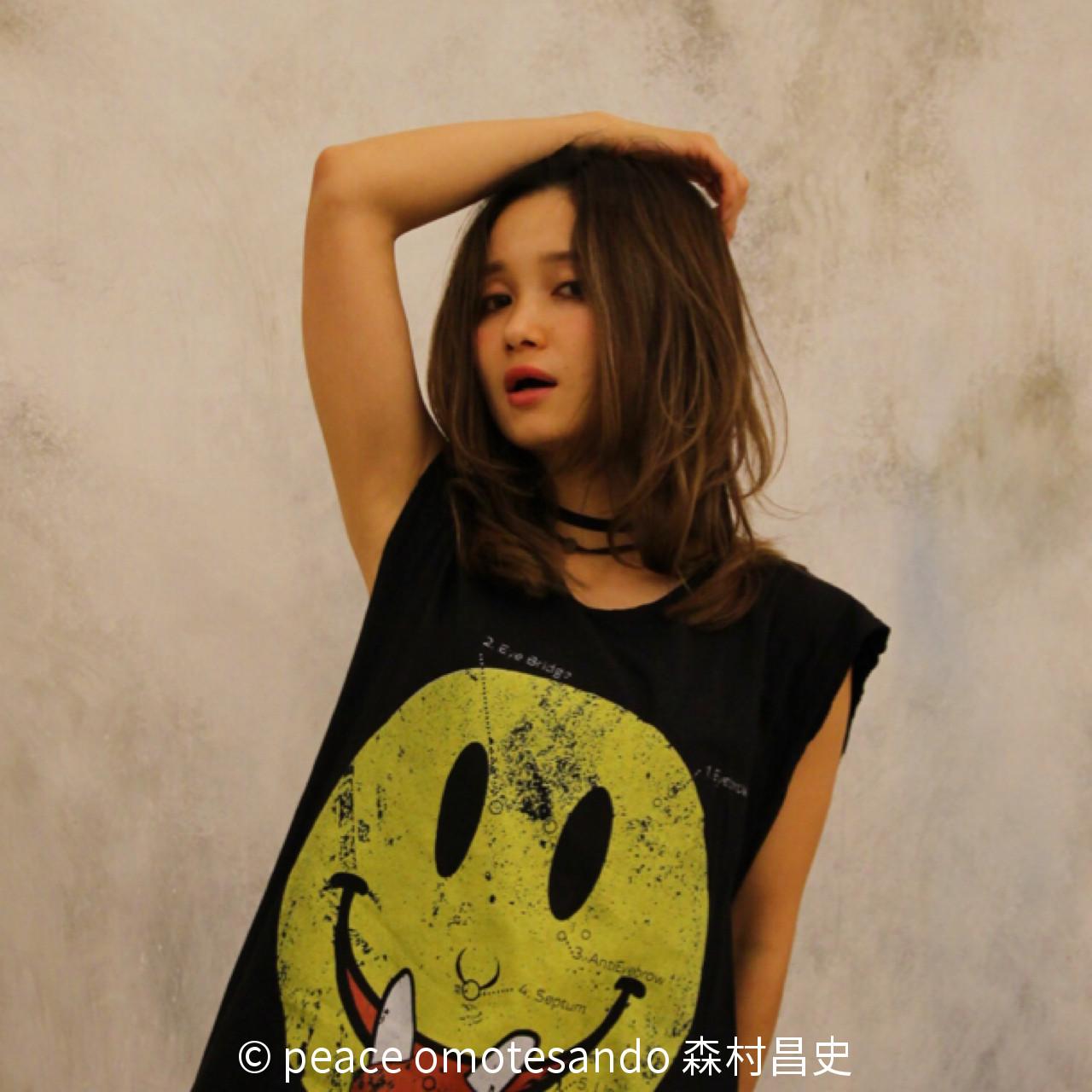 ストリート 外国人風 グレージュ ウェーブヘアスタイルや髪型の写真・画像