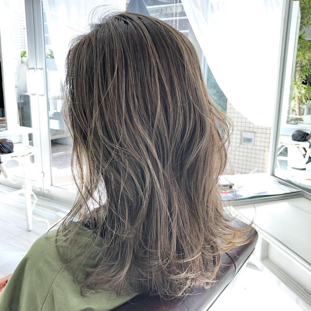ミディアム ハイライト ミディアムレイヤー ナチュラルヘアスタイルや髪型の写真・画像