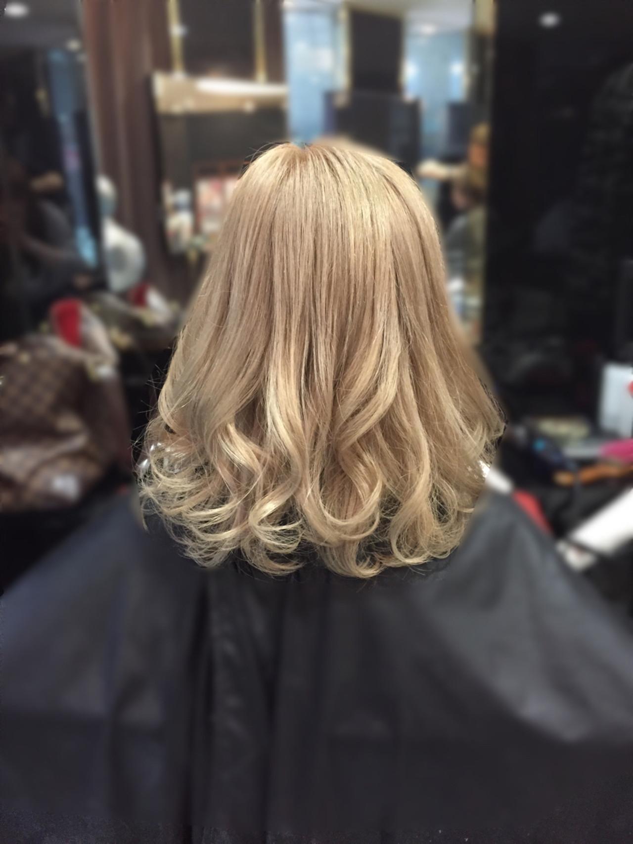 ベージュ 金髪 ミルクティー ミディアムヘアスタイルや髪型の写真・画像