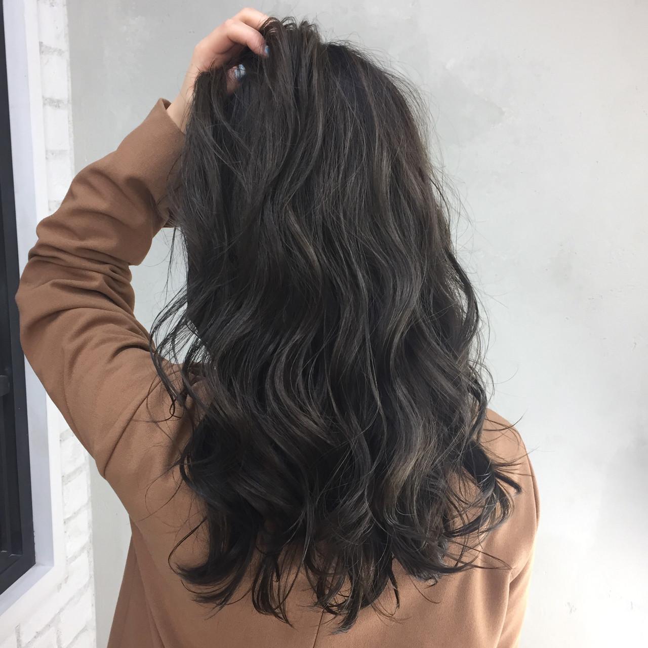 外国人風 セミロング オリーブアッシュ ハイライトヘアスタイルや髪型の写真・画像