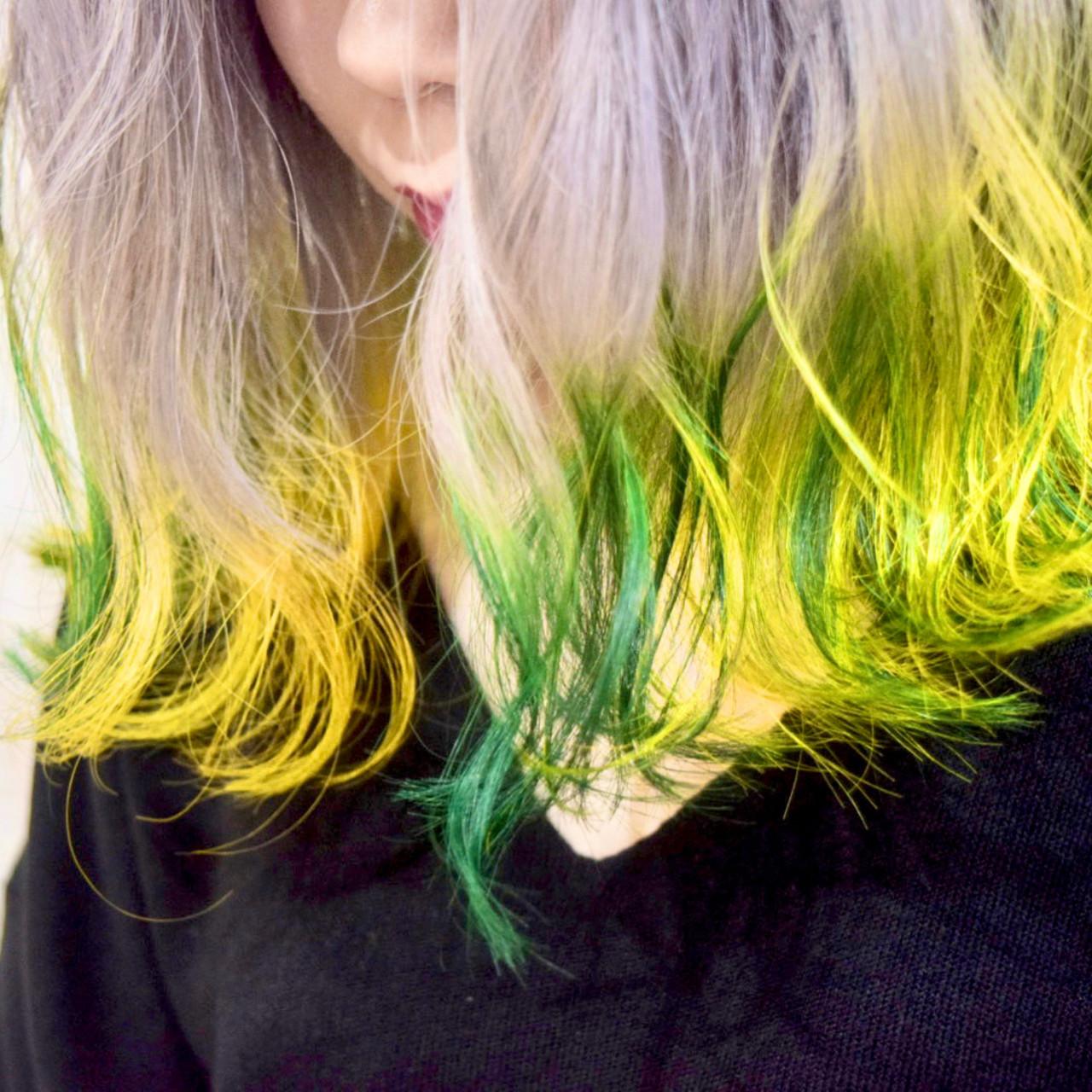 エメラルドグリーンカラー ミディアム グリーン インナーカラー ヘアスタイルや髪型の写真・画像
