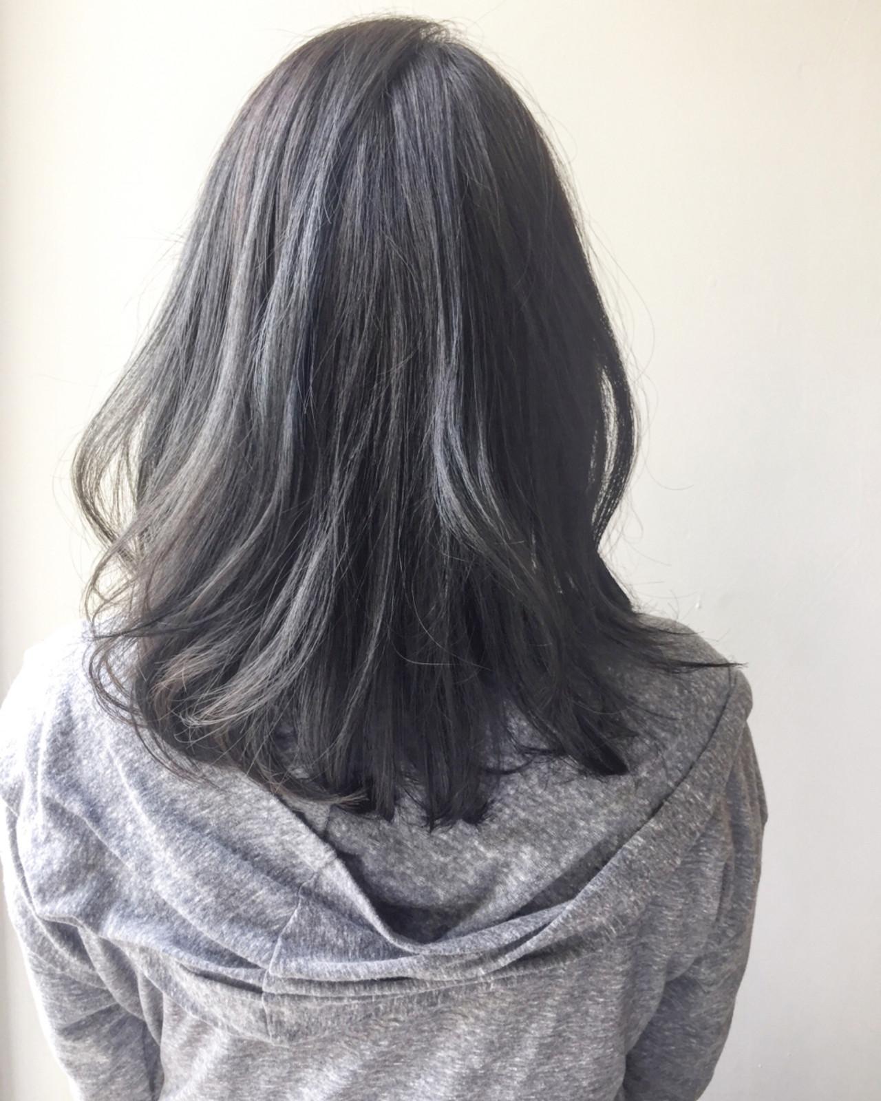 ミディアム グレージュ アッシュグレージュ ストリートヘアスタイルや髪型の写真・画像