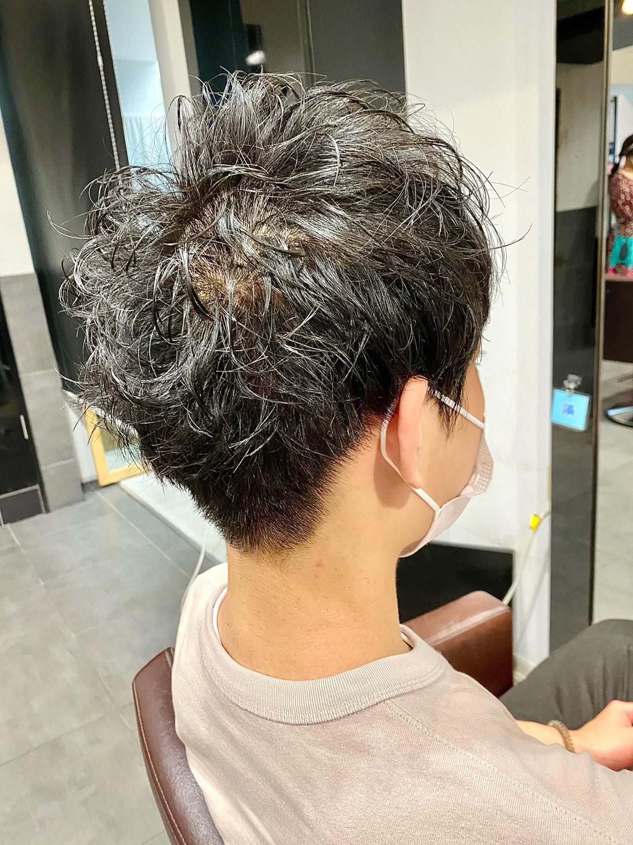 メンズカット スパイラルパーマ ショート メンズマッシュヘアスタイルや髪型の写真・画像