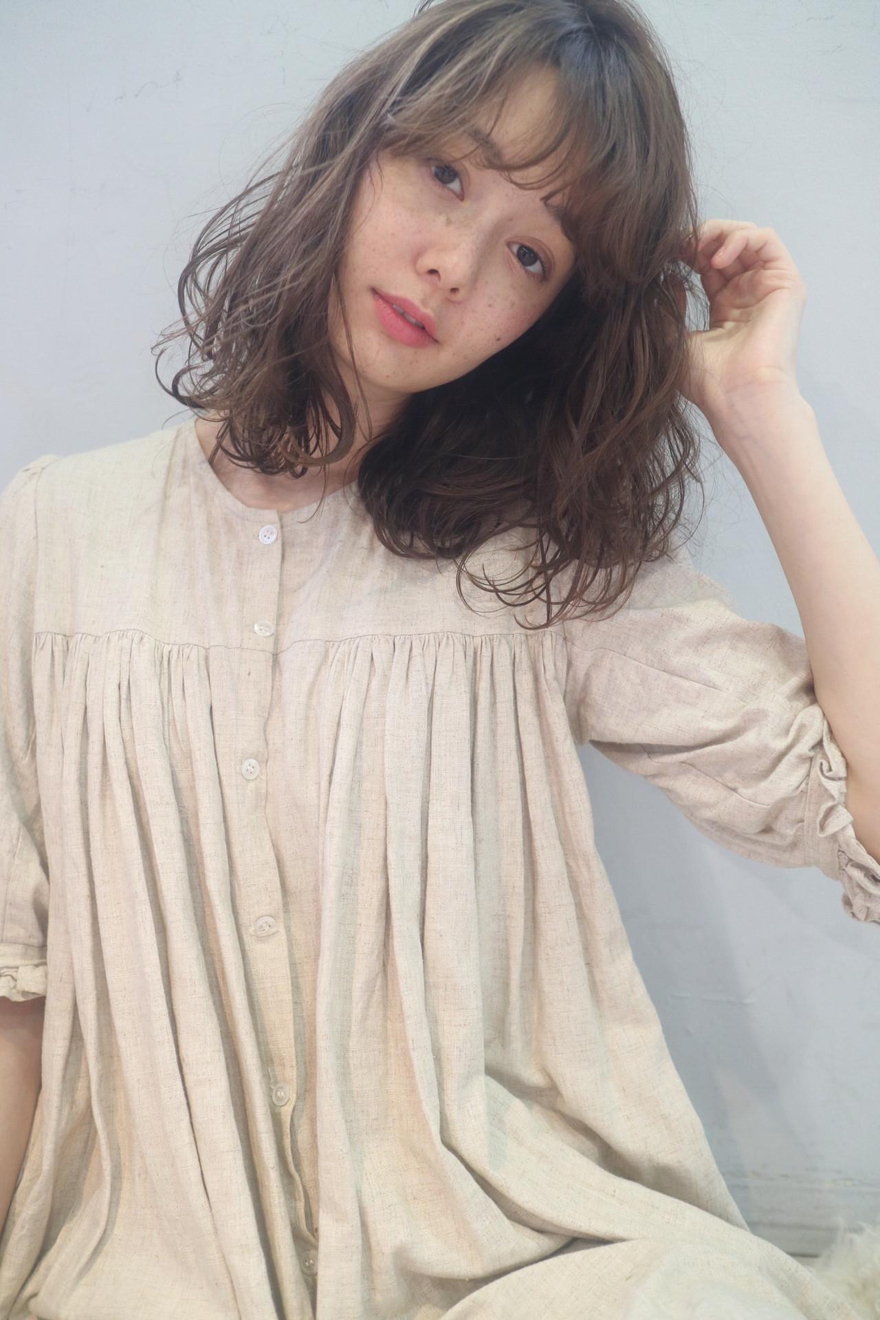 波巻き ブルーアッシュ 暗髪 ガーリーヘアスタイルや髪型の写真・画像